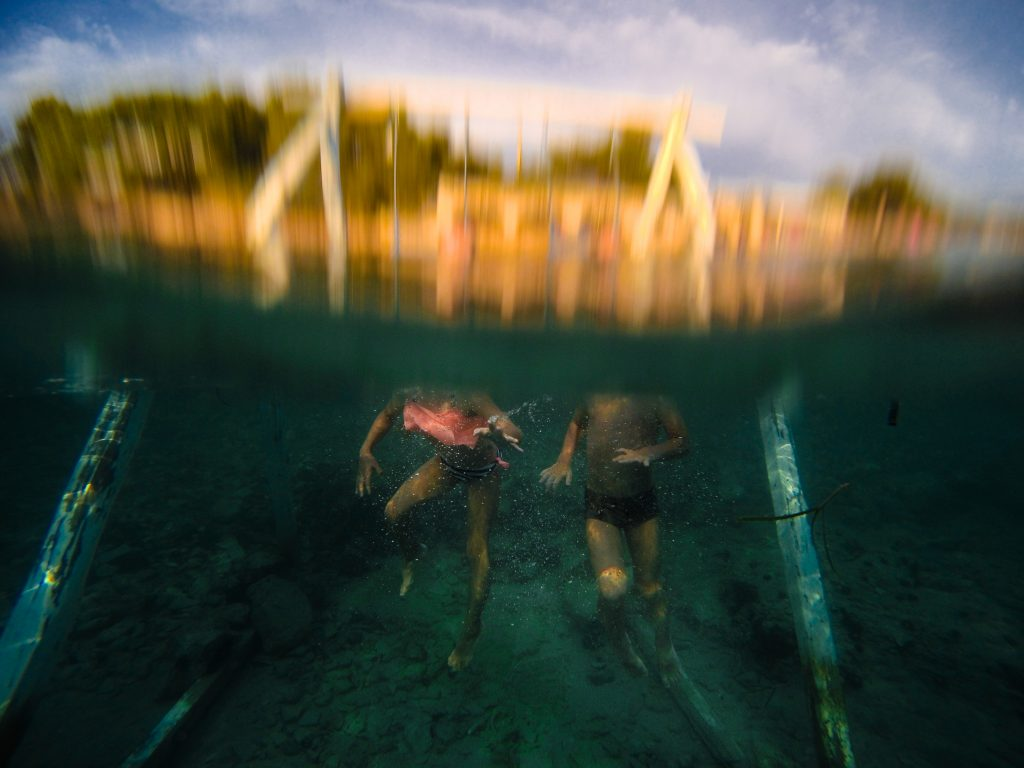 underwater photography two kids in the sea swings