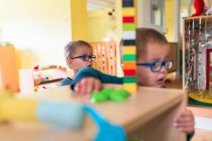 portrait of two twins-siblings-Day-in-the-kindergarten-MaMagare-Zagreb-family-photographer 7548