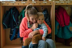 boy hugging his mother in the kindergarten-Day-in-the-kindergarten-MaMagare-Zagreb-family-photographer 7632