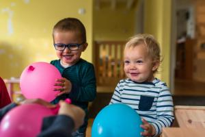 kids playing with baloons-Day-in-the-kindergarten-MaMagare-Zagreb-family-photographer 7647
