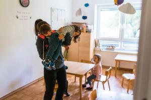 kindergarten teacher smelling poo-Day-in-the-kindergarten-MaMagare-Zagreb-family-photographer 7743