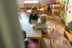two boys prepared for breakfast in kindergarten-Day-in-the-kindergarten-MaMagare-Zagreb-family-photographer 7746