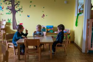 boy sitting at the table discussing-Day-in-the-kindergarten-MaMagare-Zagreb-family-photographer 7753